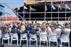 Festzelt mit Gästen bei der Taufe der MSC ZOE im Hamburger Hafen.