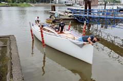Der Daysailer Lütje35 wird probeweise zu Wasser gelassen, um die Lage und Wasserlinie zu kontrollieren.