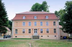 Unter Denkmalschutz stehendes Amtshaus am Karl-Liebknechtplatz in Zehdenick, Brandenburg.
