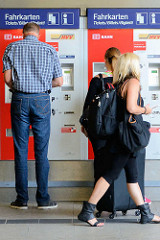 Reisende am Fahrkartenschalter am Bahnhof in Hamburg Altona.