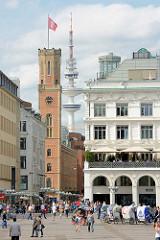 Blick vom Hamburger Rathausmarkt in die Poststrasse; re. die Alsterarkaden, lks. der Uhrenturm der Alten Post - im Hintergrund der Hamburger Fernsehturm. Die Alte Post an der Poststrasse in der Hamburger Innenstadt / Stadtteil Neustadt wurde 1847 erb