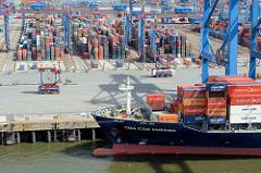 Bug des Containerfrachters mit Containerladung am Containerterminal Burchardkai im Hamburger Hafen - Containerlager und Portalhubwagen, straddle carrier mit Ladung.