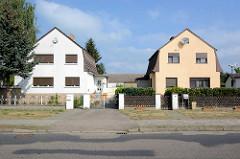Wohnhäuser mit Mansarddach - der Name geht auf die französischen Architekten François Mansart und Jules Hardouin-Mansart zurück, die im  17. Jahrhundert diese Dachform entwickelten.