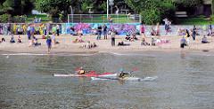Sommer in Hamburg - Elbstrand, Badestrand in Hamburg-Othmarschen; Kanus auf dem Wasser.