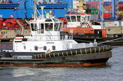 Schlepper bei der Arbeit im Hamburger Hafen; Waltershofer Hafen.