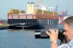 Containerriese MSC ZOE in Hamburg, Liegeplatz Containerterminal Eurogate - ein Fotograf bei der Arbeit.
