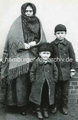 Auswanderin mit Kindern - Auswandererhalle in Hamburg Veddel.