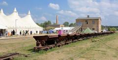 Ziegeleipark Mildenberg / Zehdenick; Industriemuseum auf dem Gelände zweier Ziegeleien, die bis 1991 in Betrieb waren - Loren der Feldbahn, Zelte vom Lager des Computer Chaos Club, Europas grösstes Hackertreffen im August 2015.