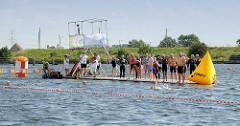 Ponton Start und Ziel auf der Dove-Elbe 5. Hamburger Freiwasser Schwimmen vom Hamburger Schwimmverband.
