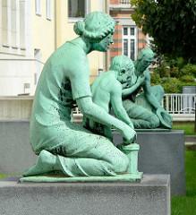 Bronzeskulpturen an der Max-Brauer-Allee - Gebäude Altonaer Spar- und Bauverein; Bildhauer O. G. Hermann Perl.