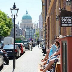 Blick durch die Friedrich Ebert Strasse zur St. Nikolai Kirche in Potsdam.