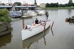 Der Schiffsneubau Daysailer Lütje35 wird probeweise zu Wasser gelassen, um die Lage und Wasserlinie zu kontrollieren.