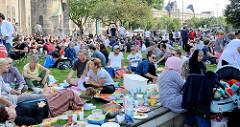 Grillfest von AnwohnerInnen und Flüchtlingen im Hamburger Karoviertel - dicht belegte Wiese am Tschaikowsky-Platz.