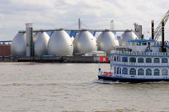 Blick über die Norderelbe zu den Faultürmen der Hamburger Wasserwerk auf Hamburg Steinwerder - der Raddampfer Louisiana mit Hamburg Touristen auf der Rundfahrt durch den Hamburger Hafen.