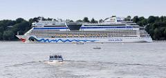 Das Kreuzfahrtschiff AIDAbella verlässt Hamburg - das Passagierschiff läuft aus dem Hamburger Hafen aus.