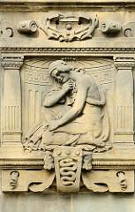 Figürliche Schmuckelemente -  Amtsgericht Hamburg Altona, Max-Brauer-Alle; erbaut 1907 - Putzbau im Stil der deutschen Renaissance.