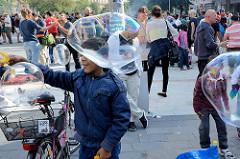 Grillfest von AnwohnerInnen und Flüchtlingen im Hamburger Karoviertel - Kinder spielen mit Seifenblasen