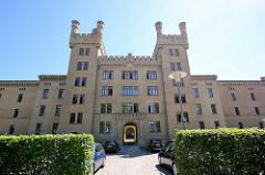 Garde-Ulanen-Kaserne in Potsdam - die Gebäude wurden in den Jahren von 1861 bis 1879 im normannischen Burgenstil für eine Einheit der Ulanen errichtet. Die lange, zinnenbekrönte Fassade ist durch höhere Seitenflügel gegliedert, die wiederum mit Türme