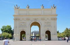 Blick von der Brandenburger Strasse in Potsdam zum Brandenburger Tor - das Tor wurde 1771 von Carl von Gontard und Georg Christian Unger im Auftrag Friedrichs II. gebaut. Man musste damals das Brandenburger Tor passieren.