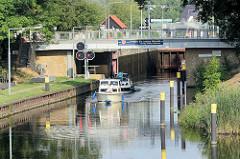 Ein Sportboot fährt aus der Schleuse Zehdenick in die Havel ein.
