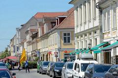Historische Geschäftshäuser - Wohnhäuser in der Brandenburger Strasse in Potsdam, parkende Autos - an der Kreuzung Friedrich Ebert Strasse beginnt die Fussgängerzone.