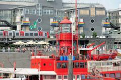 Blick über den Leuchtturm vom ehem. Feuerschiff am Baumwall / Jonashafen in der Hamburger Neustadt.
