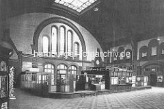 Schalter / Gepäckabgabe - Bahnhofshalle Bahnhof Altona, ca. 1920.