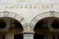 Schriftzug - goldene Buchstaben an der Hausfassade - Amtsgericht Hamburg Altona, Max-Brauer-Alle; erbaut 1907 - Putzbau im Stil der deutschen Renaissance.