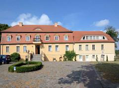 Auffahrt vom Havelschloss Zehdenick - jetzt Hotel ; das Gewölbe,  in dem sich z. Zt. ein Restaurant befindet wurde im 12. Jahrhundert erbaut.