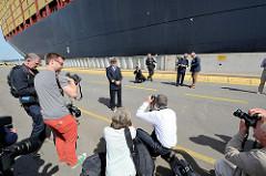 Der Kapitän der MSC Zoe, Domenico Pica, posiert am Tag der Schiffstaufe in Hamburg.