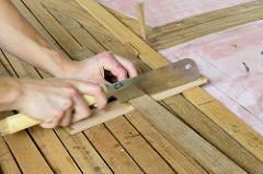 Mit einer Japansäge / Feinsäge werden die Mahagonieleisten für die Decksbeplankung abgelängt.