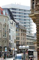 Blick in die Kleine Johannisstrasse in der Altstadt Hamburgs - historische Geschäftshäuser / Kontorhäuser - Hochhaus der 1970er Jahre.
