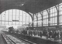 Altes Foto, Bahnsteig Bahnhof Altona - ein Zug mit Lokomotive fährt ein, auf dem Bahnsteig warten Reisende, ca. 1935.