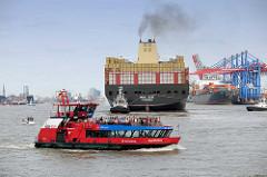 Das Containerschiff MSC ZOE wendet im Hamburger Hafen - re. die Containerbrücken am HHLA Terminal Burchardkai - eine Hafenfähre kreuzt die Elbe.