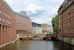 Moderne und historische Bebauung am Alterfleet, Innenstadt Hamburgs - Blick zur Heiligengeistbrücke.