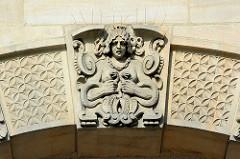 Bauschmuck, Fassade vom Amtsgericht Hamburg Altona, Max-Brauer-Alle; erbaut 1907 - Putzbau im Stil der deutschen Renaissance.