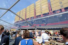Taufe des Containerschiffs MSC ZOE im Hamburger Hafen - Buffet im Festzelt.