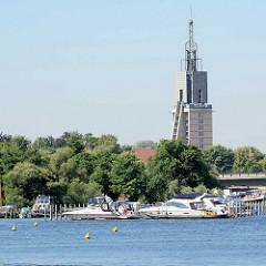 """Blick über den Tiefen See - Marina in Potsdam; Sportboote / Motorbooten - Gebäude anstelle der im Krieg zerstörten Heilig Geist Kirche, Seniorenresidenz """"Heilig-Geist-Park""""."""