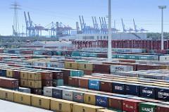 Containerlager auf dem Hamburger Container Terminal Eurogate - im Hintergrund die Containerbrücken von Hamburg Altenwerder.
