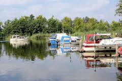 Marina an der Havel bei Zehdenick - Motorboote am Steg, Sportboot in Fahrt auf der Havel.