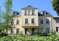 Villa mit Erker - Aufschrift, Buchstaben KONSUM; Architektur in Potsdam.