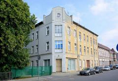 Mehrstöckiges Jugendstilgebäude in der Dammhaststrasse von Zehdenick - die eine Hälfte des Gebäude ist restauriert.