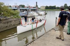 Der Schiffskörper des Daysailers Lütje 35 wird probeweise zu Wasser gelassen, um die Lage und Wasserlinie zu kontrollieren.