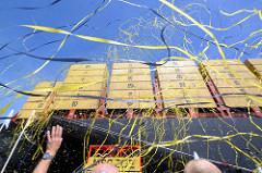 Taufe des Containerschiffs MSC ZOE im Hamburger Hafen - Luftschlangen fliegen um das Containerschiff.