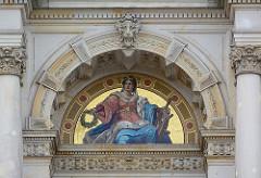 Abbildung Hammonia mit Lorbeerkranz und Steuerrad an der Fassade vom Hamburger Rathaus.