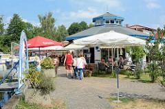 Restaurant Sportboothafen / Stadthafen Zehdenick, Aussengastronomie unter Sonnenschirmen.