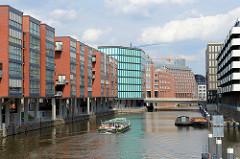Wohnhäuser - Bürogebäude am Admiralitätsstrassefleet in Hamburg - Schuten, Arbeitsboote liegen am Ufer, ein Fahrgasschiff der Hamburger Fleetfahrten fährt Richtung Binnenalster.