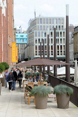Promenade am Ufer vom Bleichenfleet in der Hamburger Innenstadt.