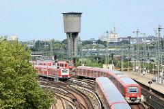 S-Bahnzüge, Eisenbahngleise - Wasserturm vom Bahnbetriebswerk Hamburg Altona; Stahlbetonbau -  erbaut 1955.