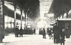 Innenansicht vom Bahnhof Altona - altes Foto, Reisende auf dem Bahnsteig - Kind mit Koffer; Häuschen mit Schild Auskunft.